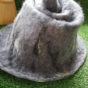 chapeau atypique en laine feutrée à la main