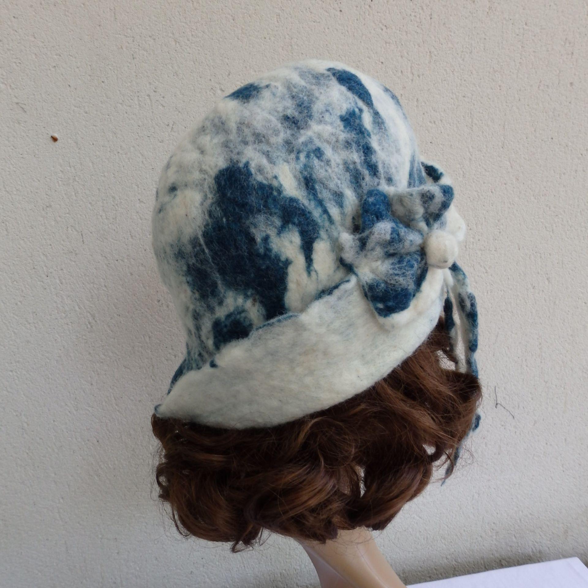 chapeau cloche atypique en laine de mouton feutrée à la main