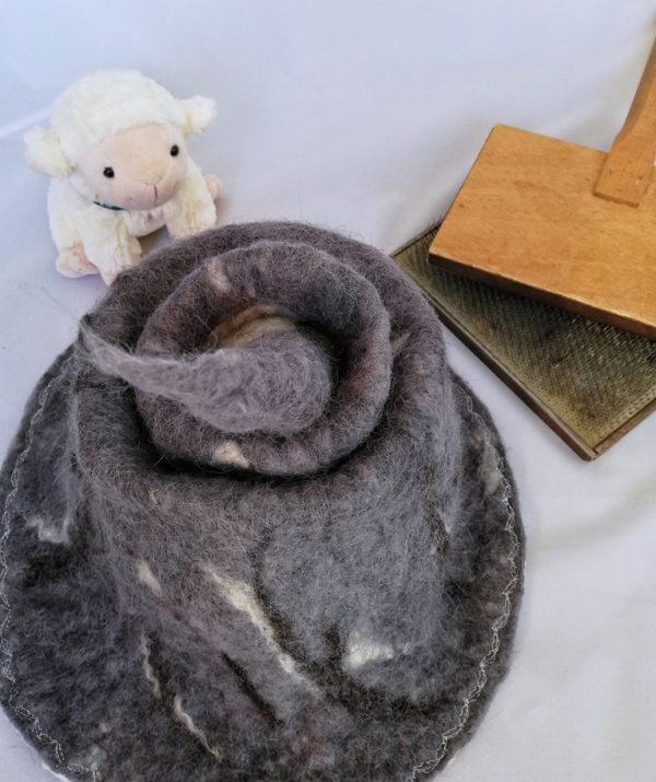 pointe de chapeau de sorcière en laine naturelle cardes à main