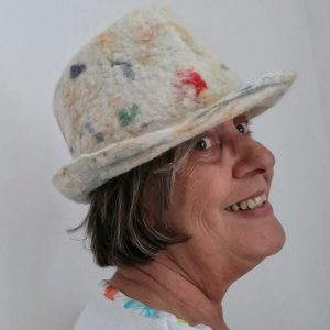 trilby en laine blanc tacheté couleurs