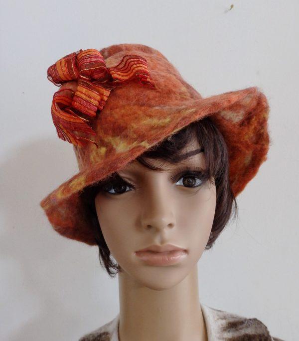 chapeau cloche porté par le mannequin