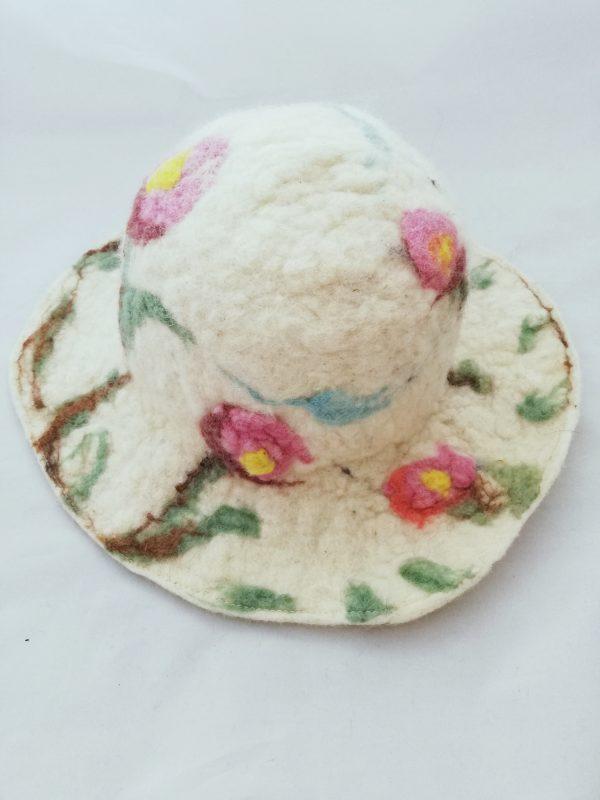 capeline en laine feutrée avec des fleurs roses