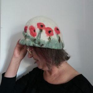 casquette coquelicot portée vue de coté