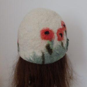 coquelicot sur casquette vintage blanche herbe verte