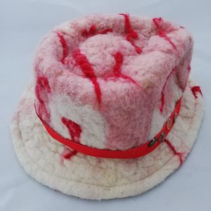 chapeau en feutre de laine à la main
