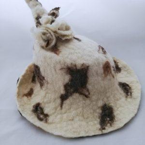 chapeau blanc tacheté en laine feutrée